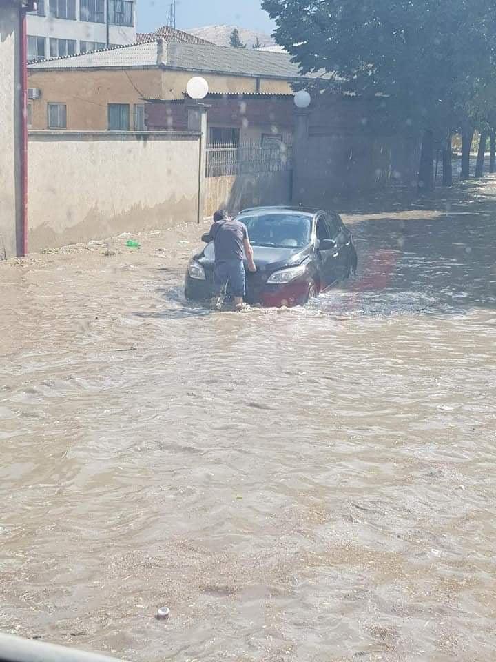Краткотрајно невреме поплави улиците и продавници, откорна дел од покрив, кршеше гранки и истурка дрвја во Велес
