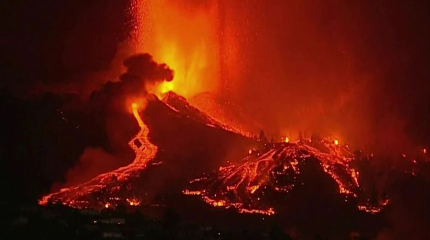 Вулкан веќе пет недели го уништува шпанскиот остров Ла Палма (ВИДЕО)